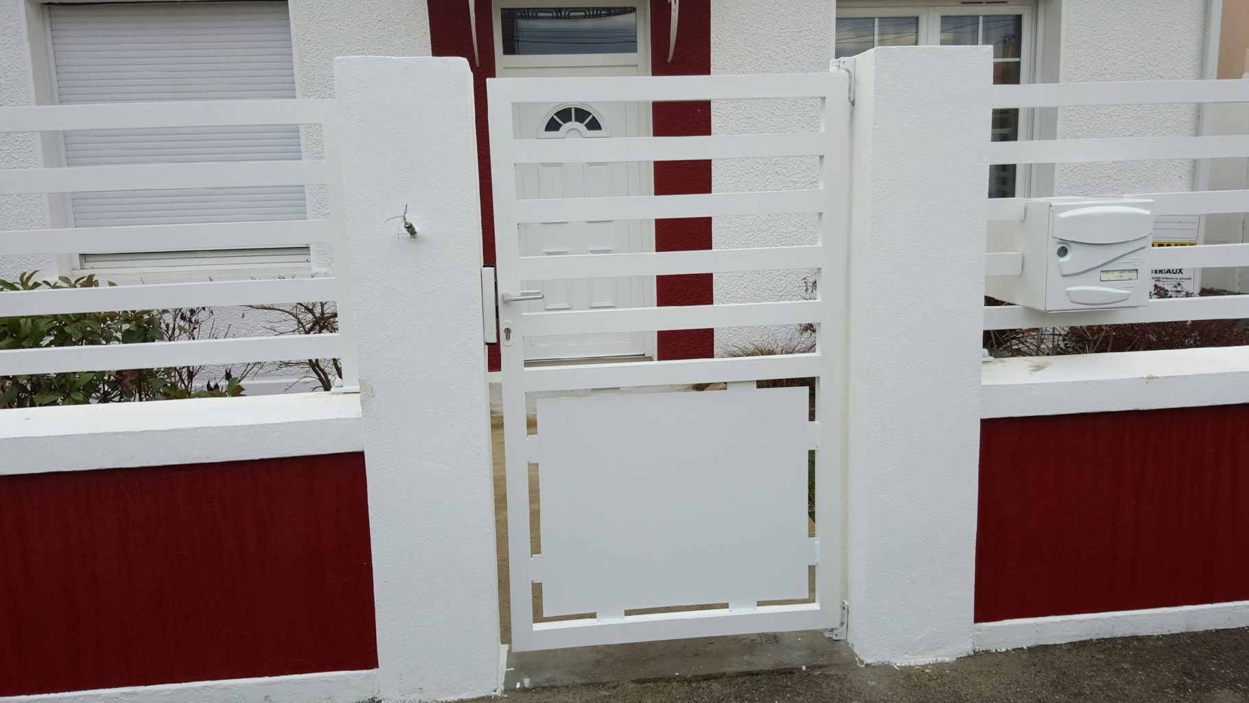 Portillon en aluminium sur mesure. Finition thermolaquage blanc.