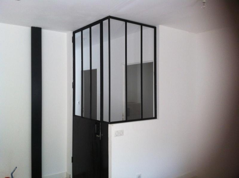 Verrière intérieur style atelier artiste avec porte.