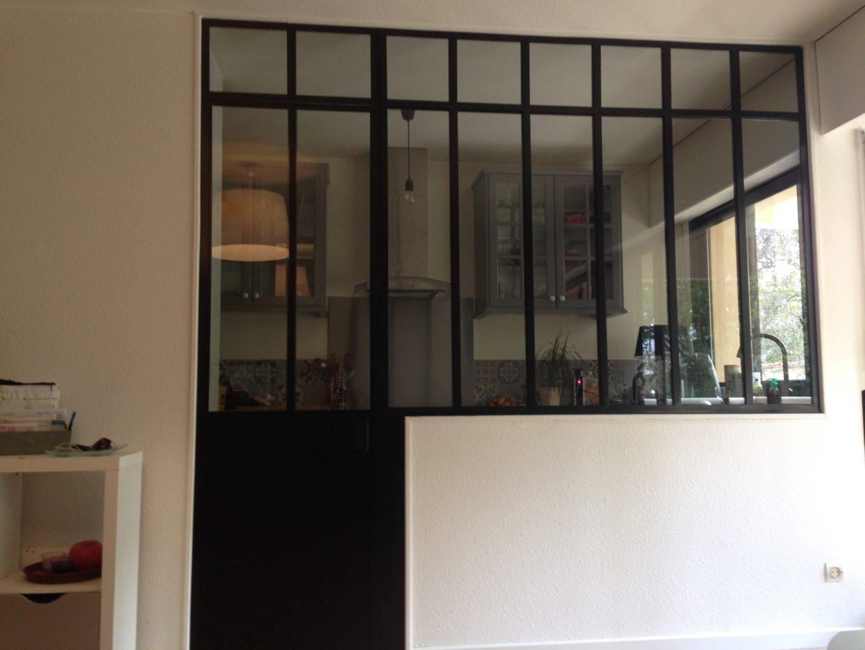Verrière intérieur style atelier artiste sur mesure avec porte. Vitrages 33.2 clair. Finition peinture noir martelé.