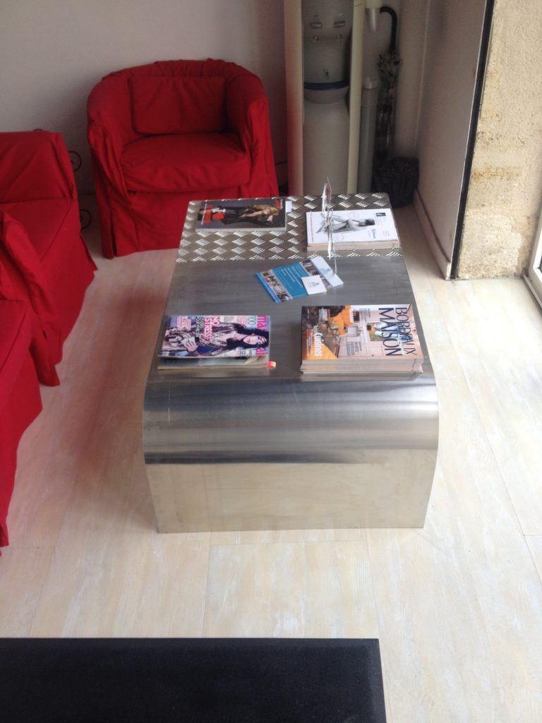 Table basse en aluminium sur mesure.