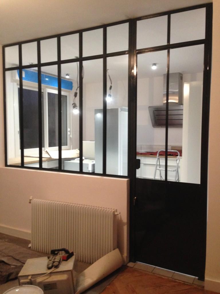 Verrière intérieur style atelier artiste avec imposte et porte. finition ral 7016.