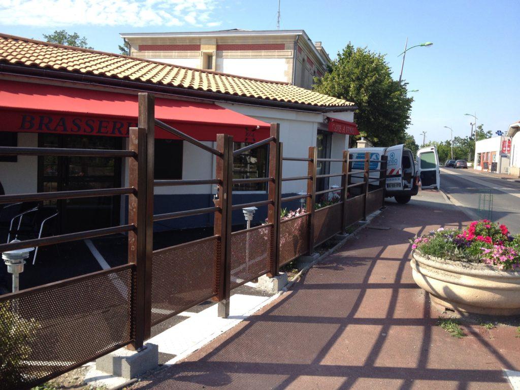 Clôture effet rouillé avec portail pour restaurant.