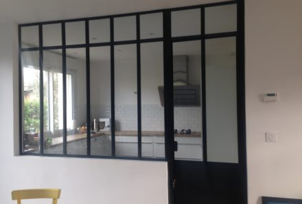Verrière intérieur style atelier artiste avec imposte et porte.