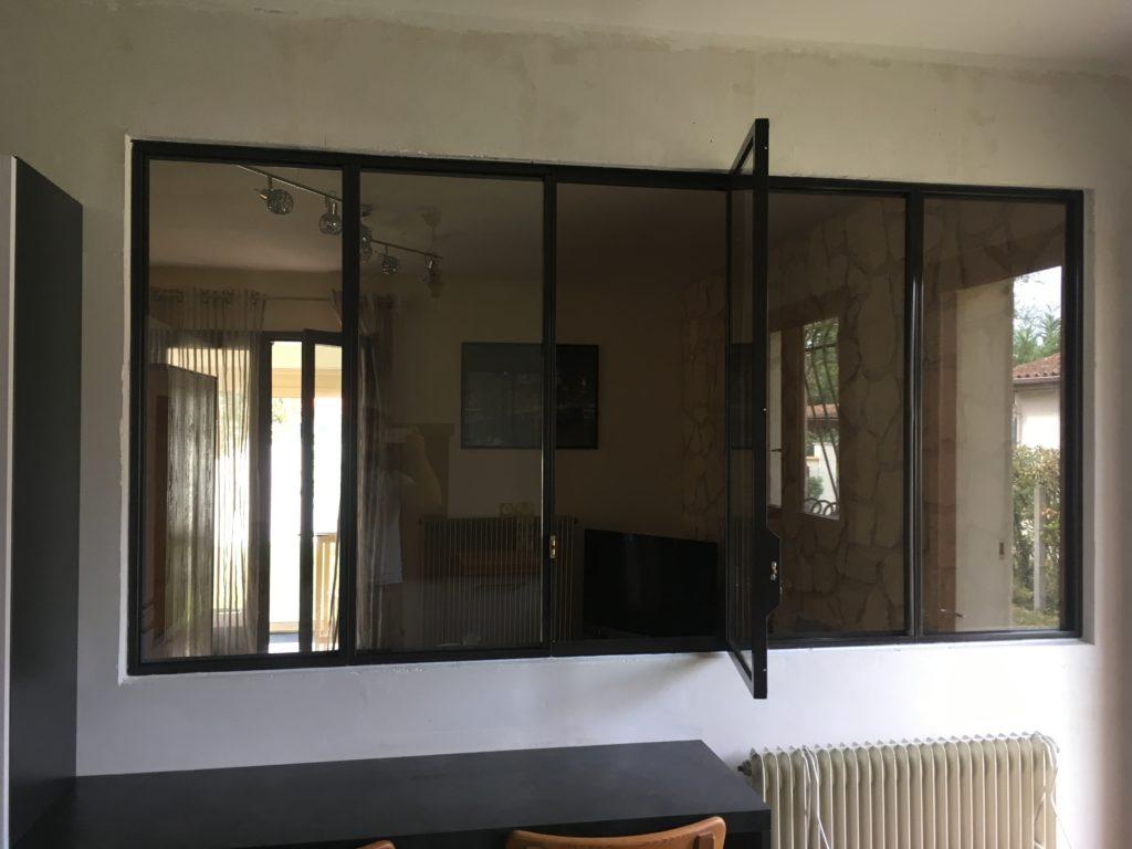 Verrière intérieur style atelier artiste avec fenêtre