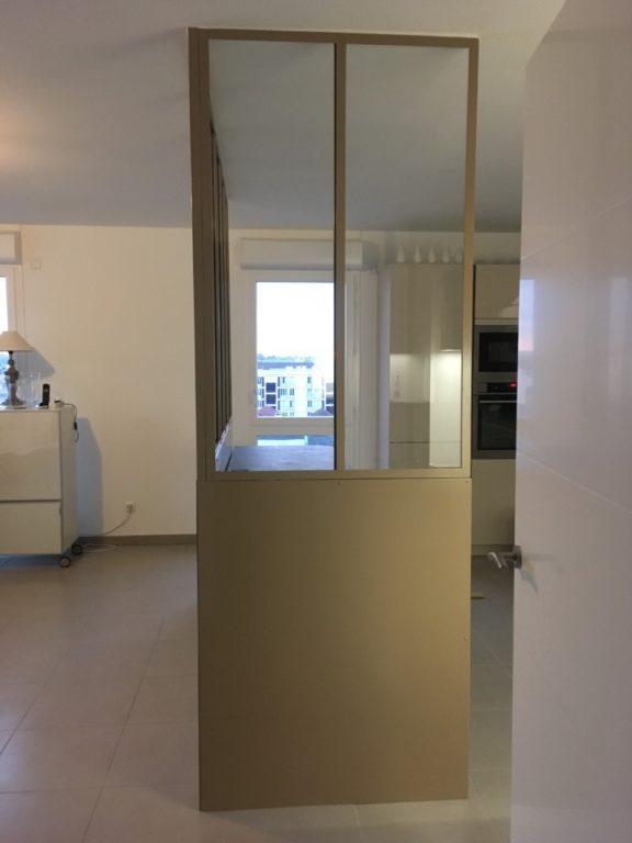 Verrière intérieur d'angle style atelier artiste avec soubassement acier